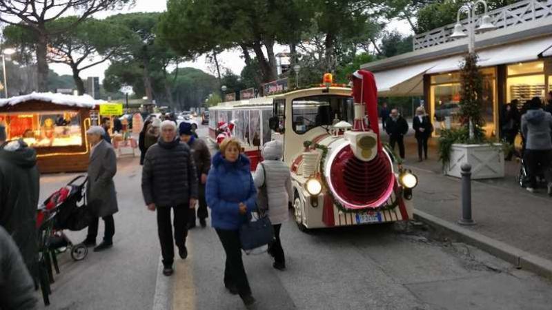 Christmas Express: una trenino guidato da Babbo Natale collega Cervia a Milano Marittima - mentelocale.it